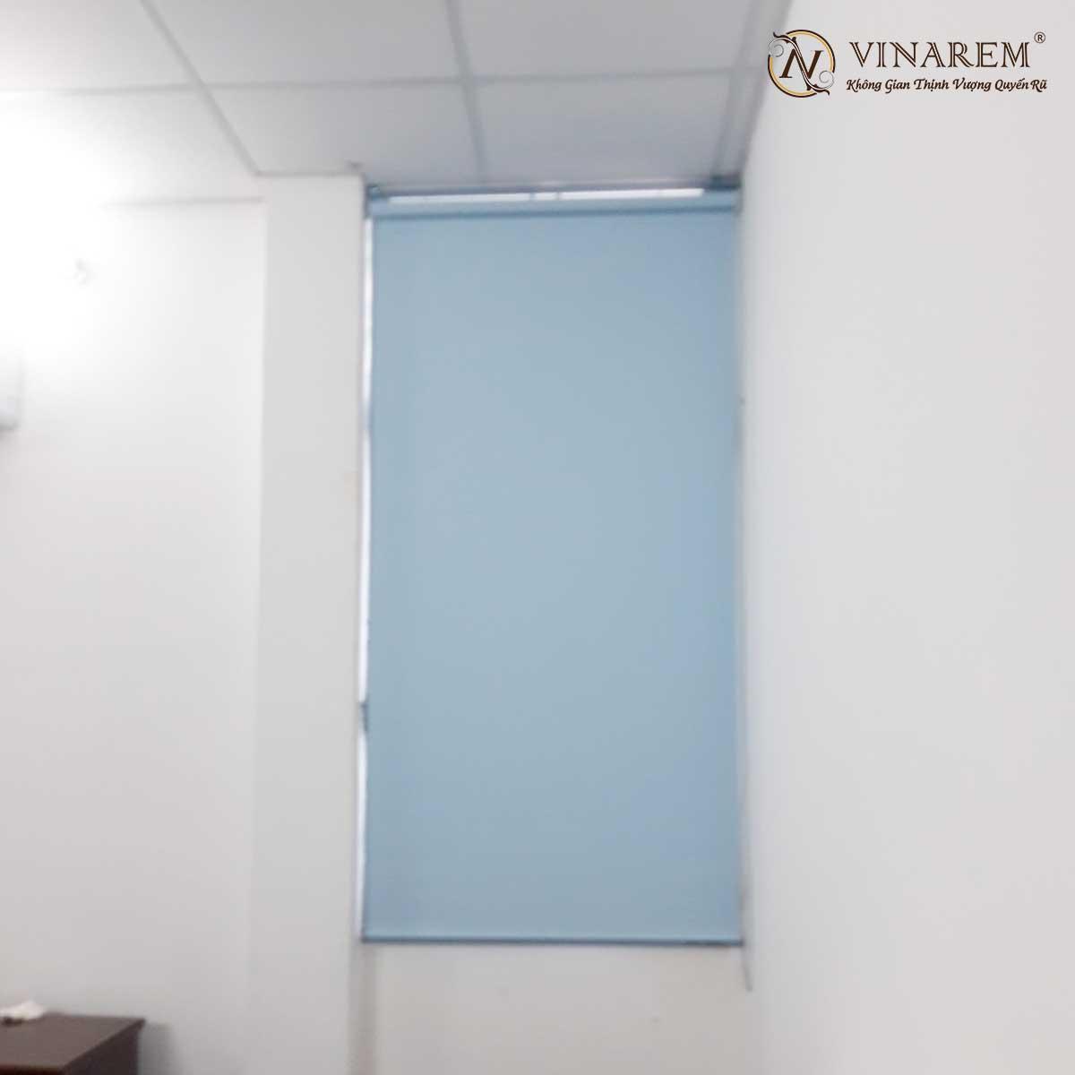 Rèm cuốn màu xanh da trời nhạt cho cửa sổ