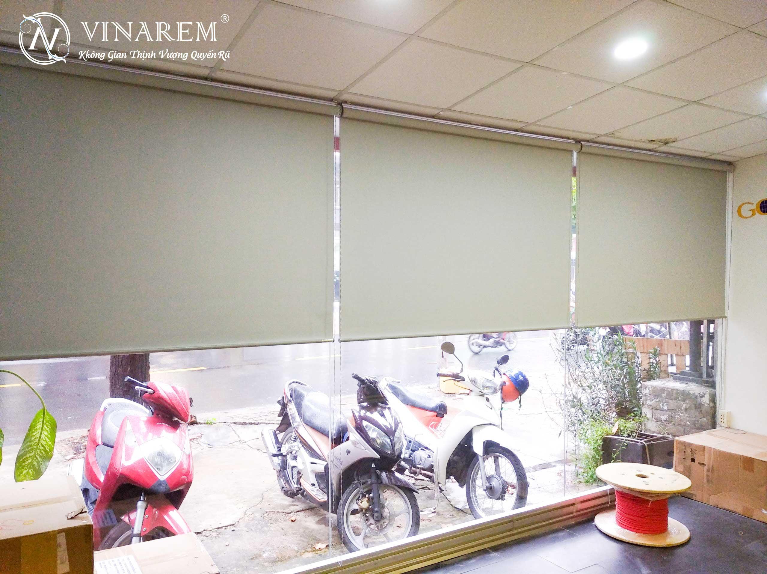 Rèm cuốn màu xám sang trọng thanh lịch cho cửa hàng thời trang | Vinarem