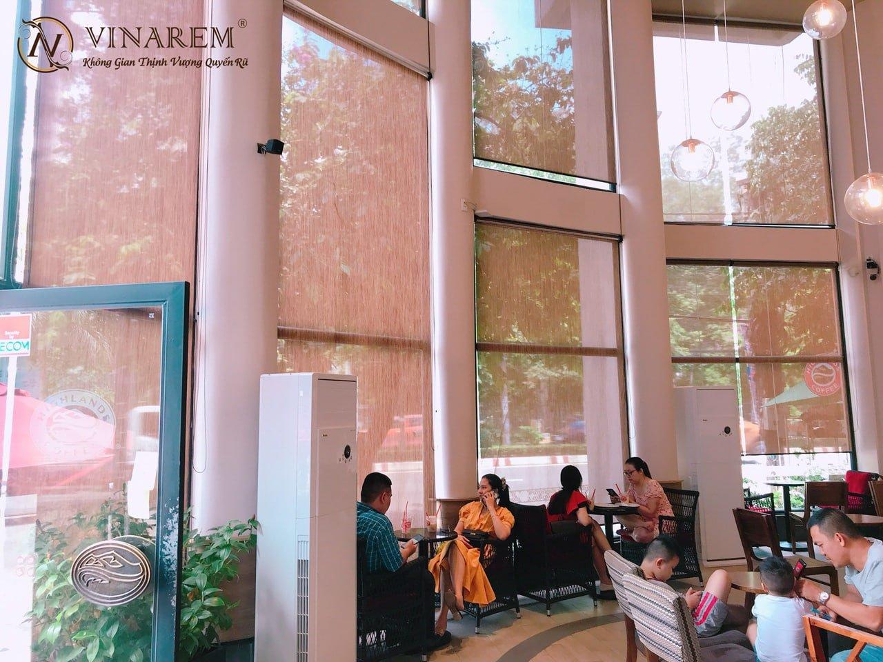Công trình rèm cuốn cao cấp cho quán cà phê sang trọng hiện đại
