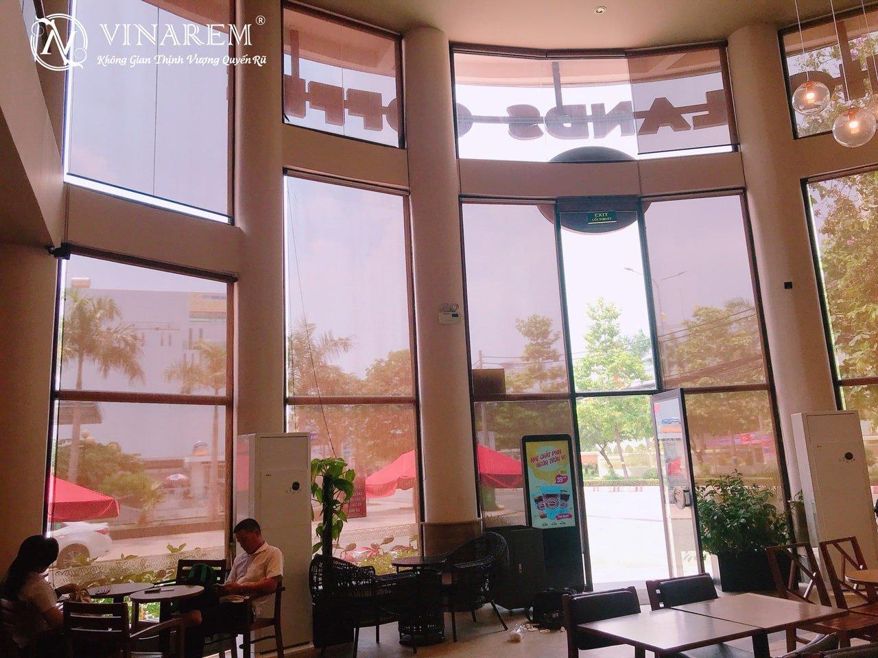 Công trình rèm cuốn cao cấp cho quán cà phê sang trọng hiện đại | Vinarem