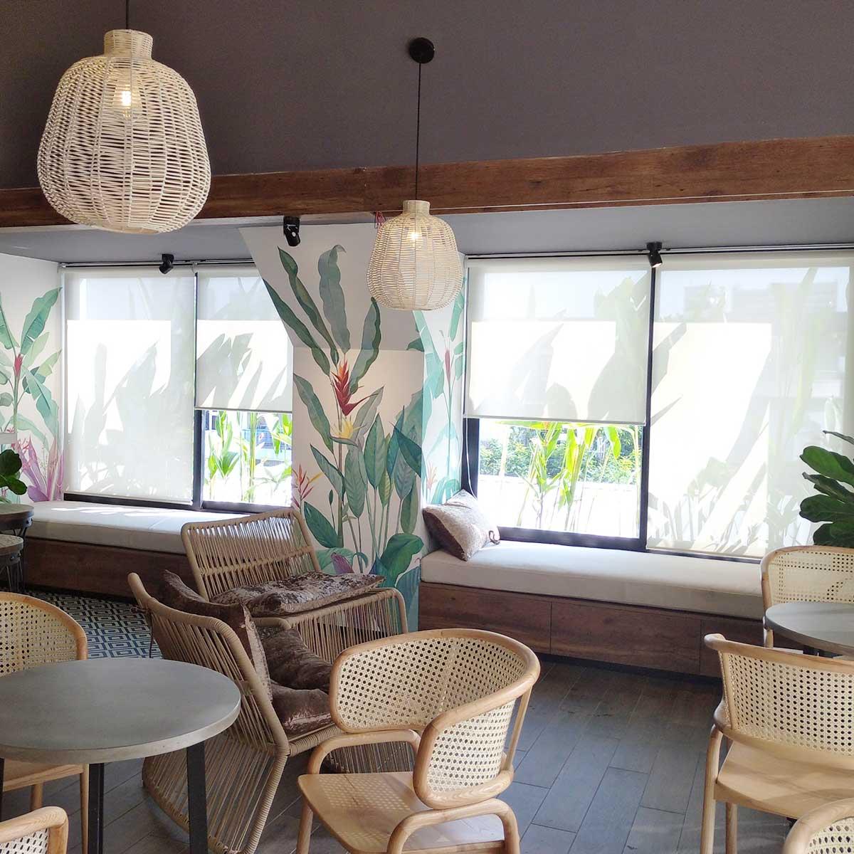 Rèm cuốn màu trắng sang trọng dành cho quán cà phê hiện đại