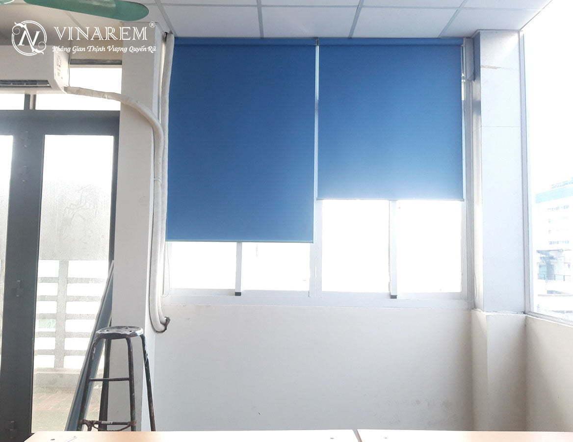 Rèm cuốn màu xanh da trời cao cấp dành cho cửa sổ văn phòng