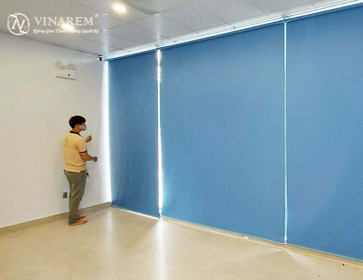 Rèm cuốn màu xanh da trời cao cấp dành cho cửa sổ văn phòng   Vinarem