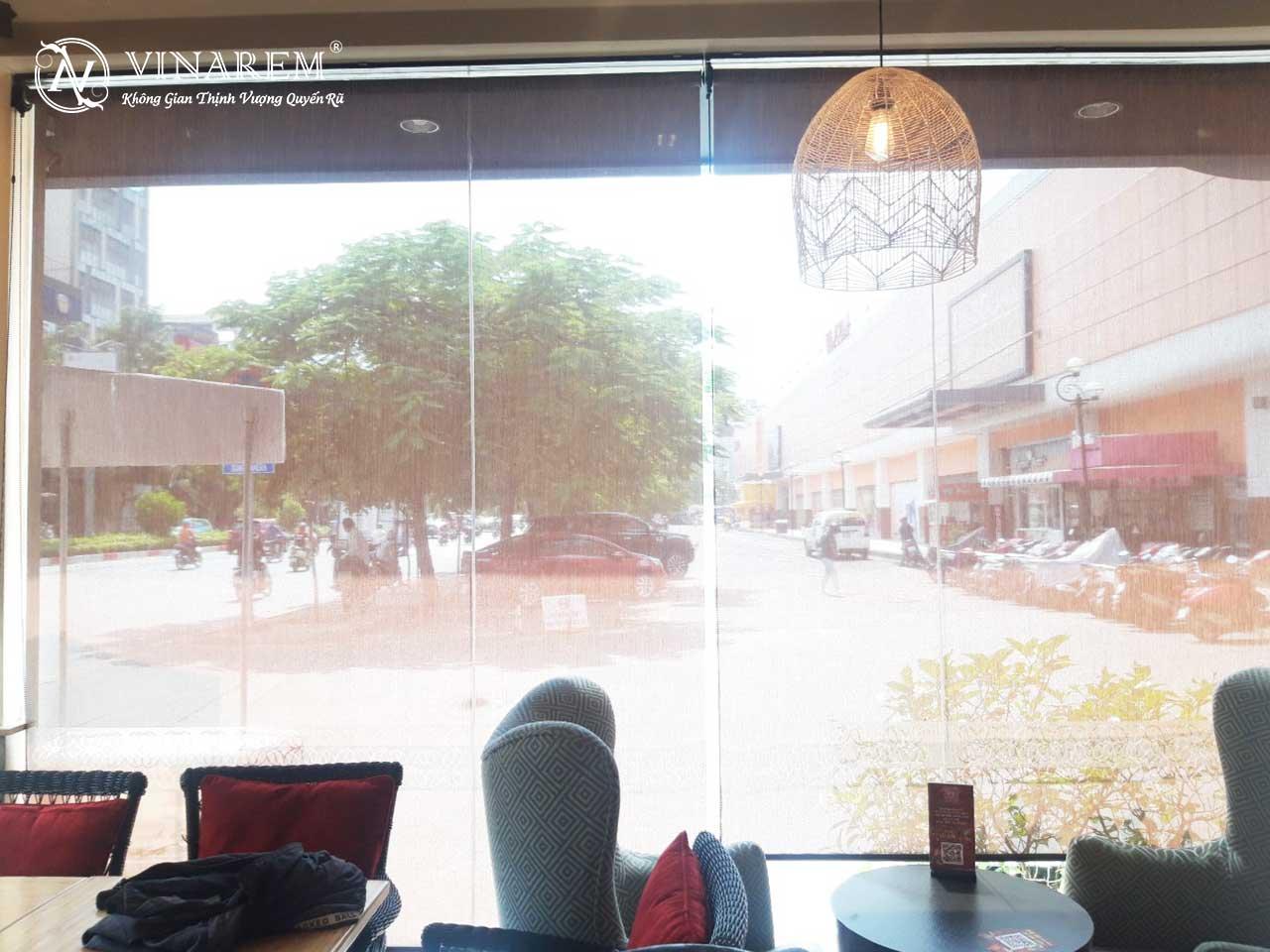 Rèm cuốn màu nâu cao cấp dành cho quán cà phê   Vinarem