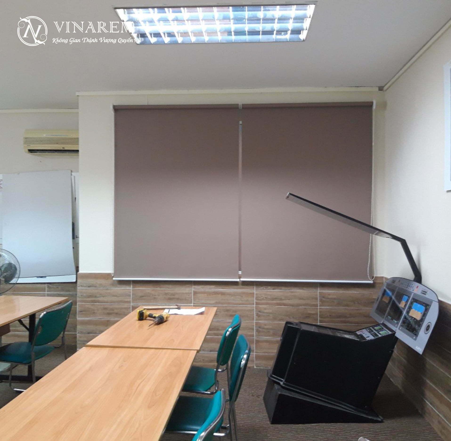 Rèm cuốn màu nâu cửa sổ văn phòng | Vinarem