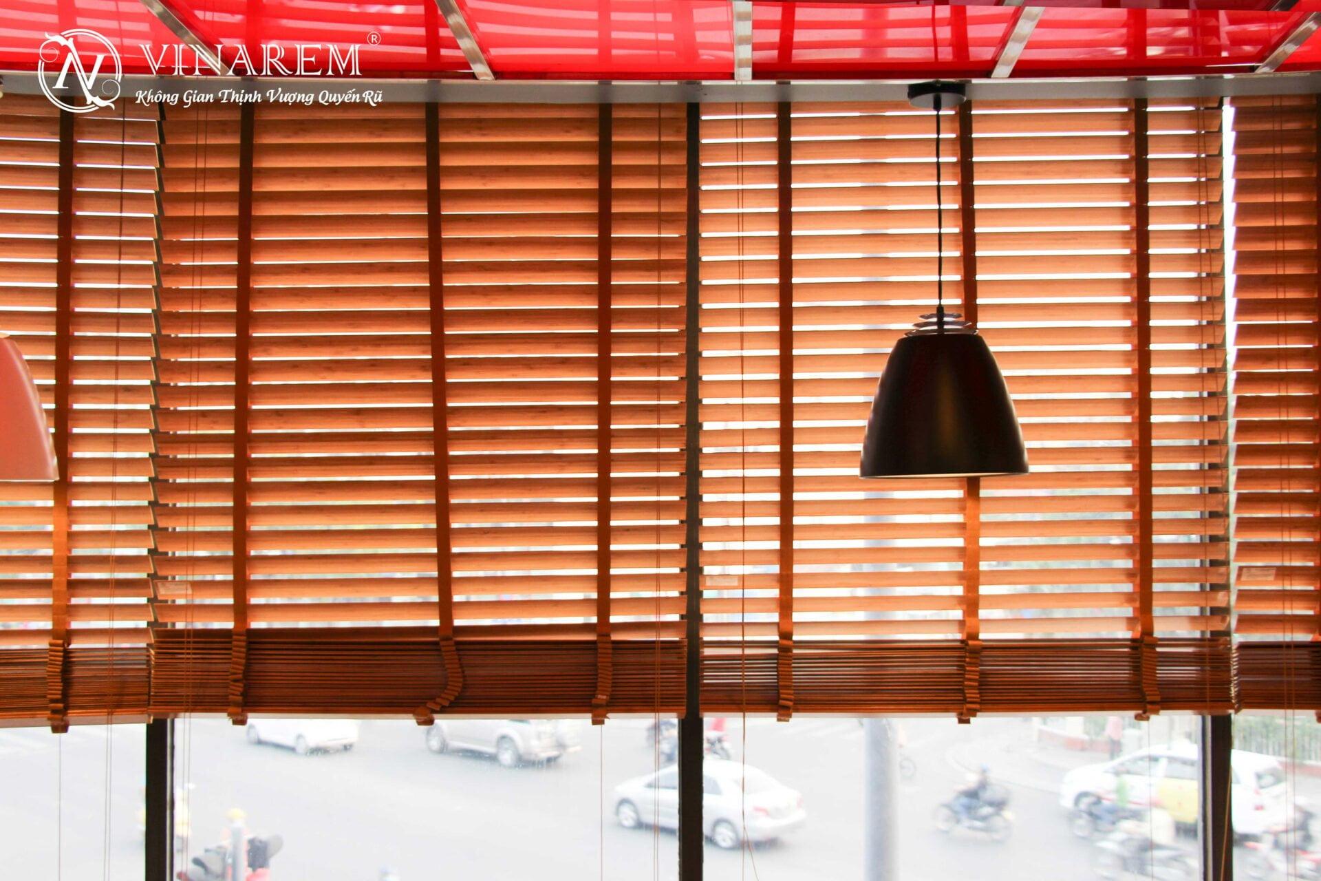 Rèm sáo gỗ cao cấp cho không gian quán cà phê sang trọng   Vinarem