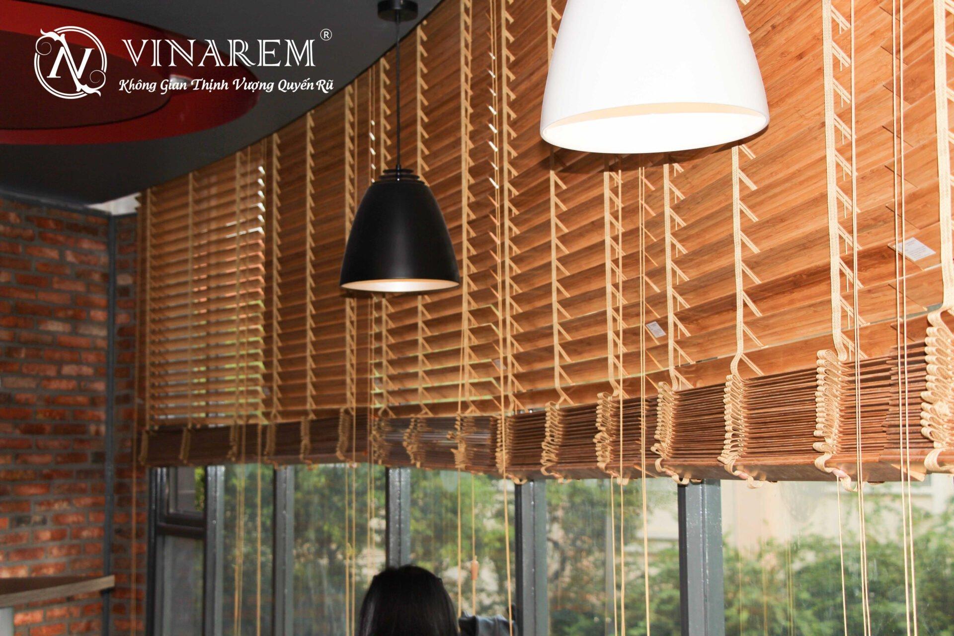 Rèm sáo gỗ cao cấp cho không gian quán cà phê sang trọng