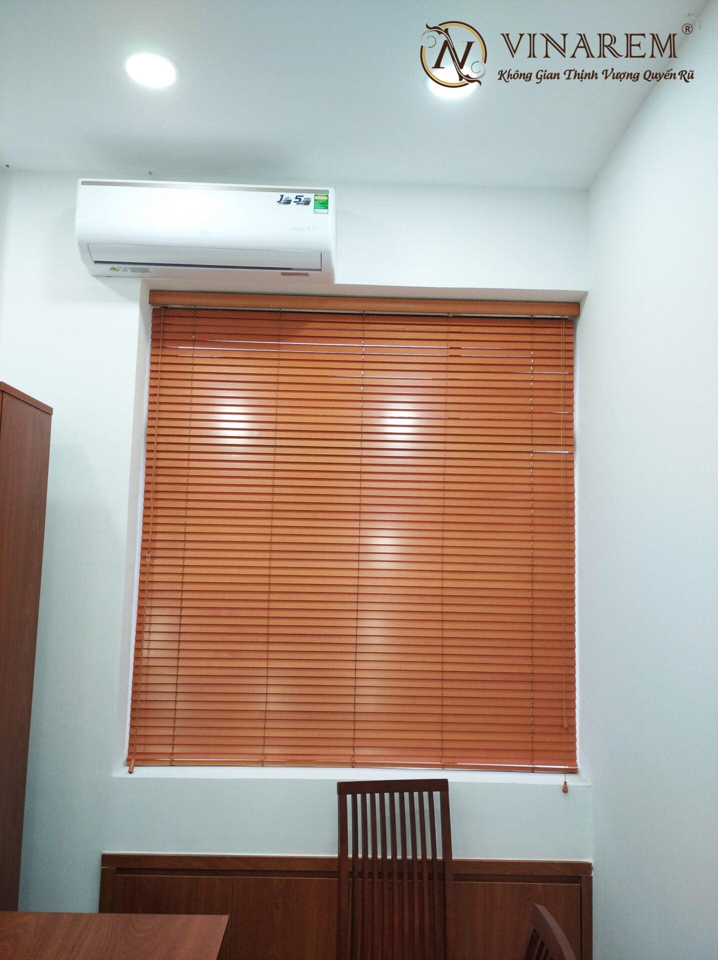 Rèm sáo gỗ cửa sổ văn phòng | Vinarem