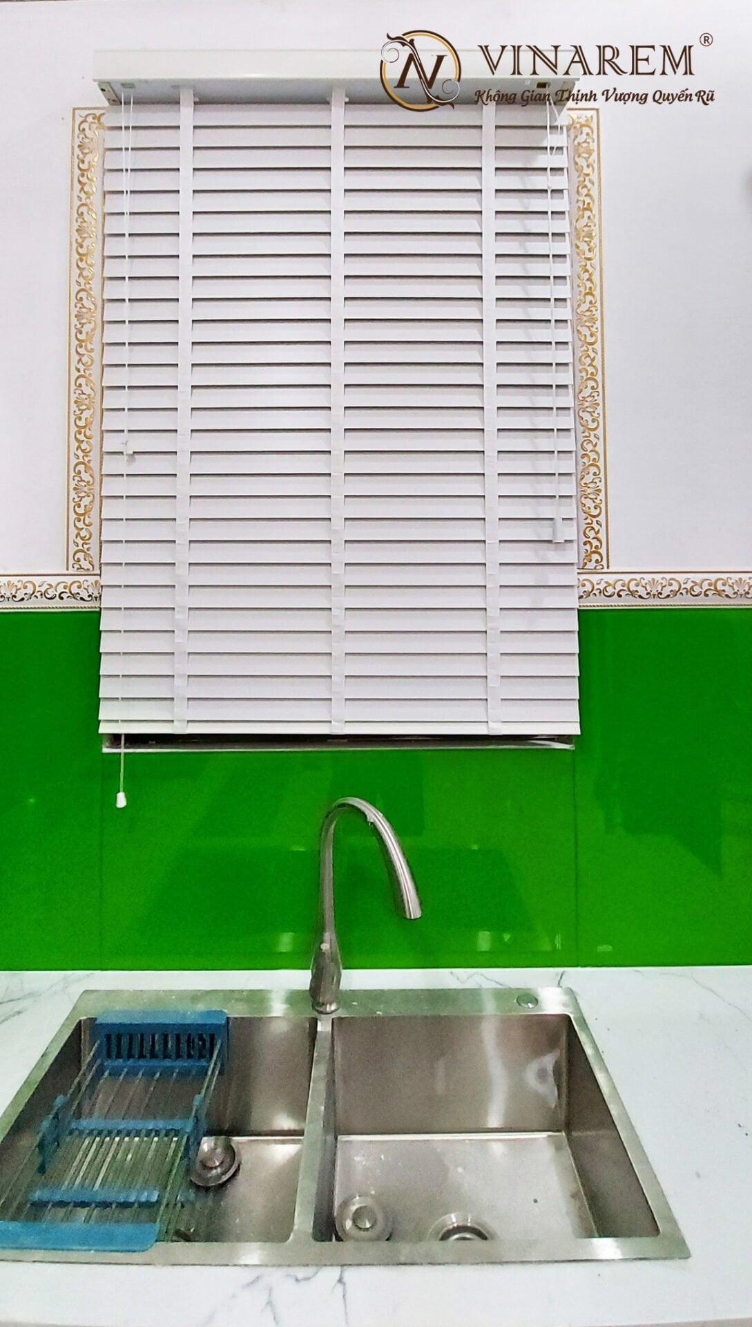 Rèm sáo gỗ nhà bếp màu trắng | Vinarem
