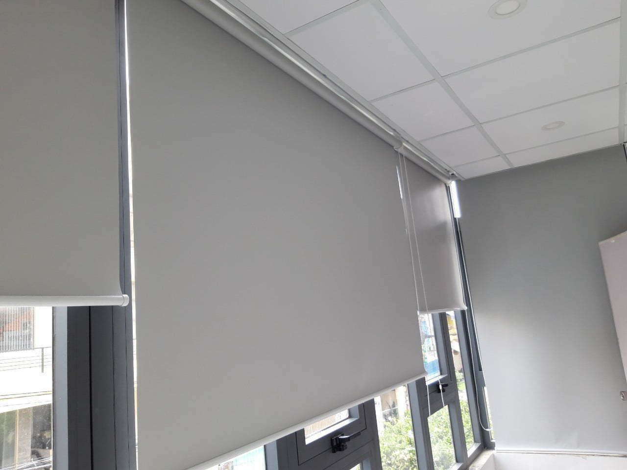 Rèm cuốn cửa sổ màu xám cao cấp | Vinarem