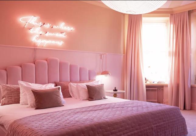 phòng ngủ màu hồng chọn rèm màu hồng