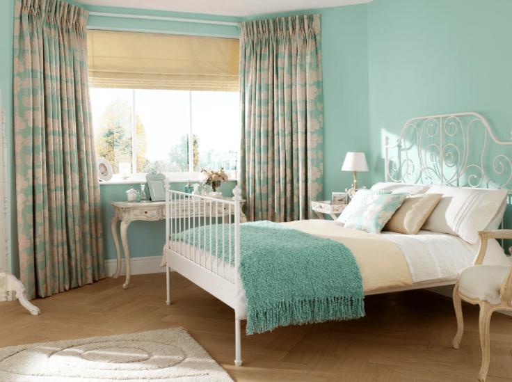 tường màu xanh ngọc chọn rèm màu gì